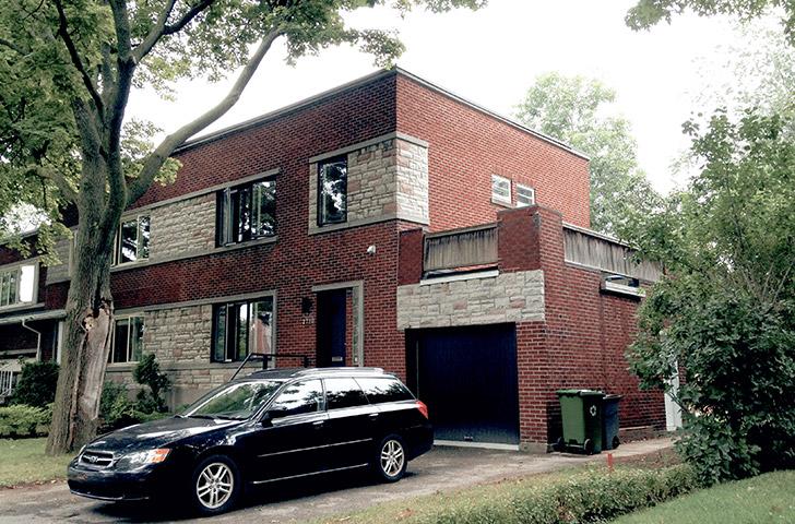 La grande terrasse inutilisée par-dessus le garage existant a représenté l'endroit idéal pour agrandir la résidence.