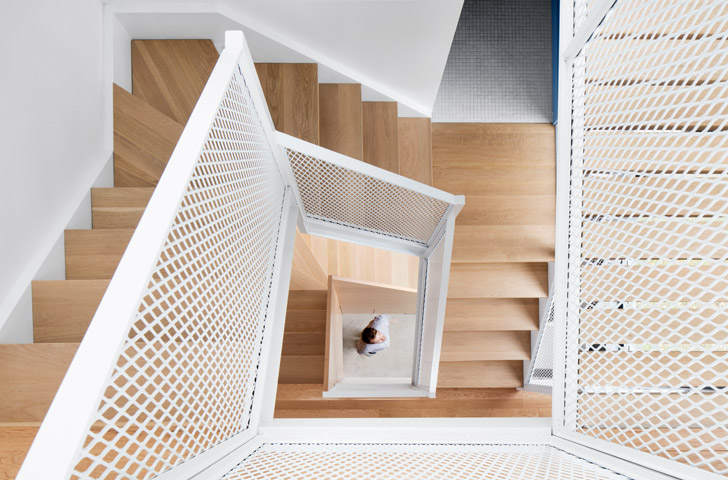 Un escalier sculptural en acier déployé relie les trois étages de l'agrandissement.