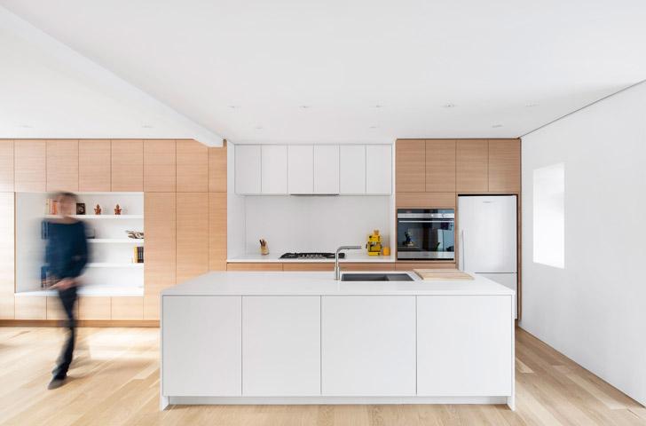 Le mobilier en chêne blanc de la nouvelle cuisine se poursuit jusqu'au salon, afin de donner une impression de grandeur au rez-de-chaussée.