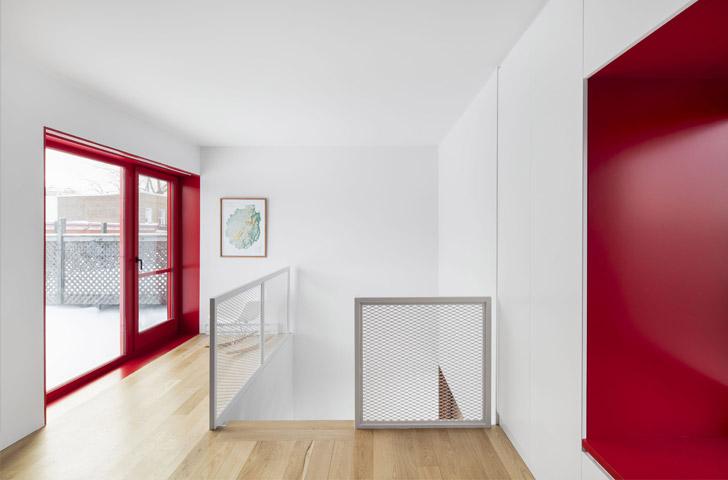 La chambre des maîtres est située à la mezzanine au sommet de l'escalier et du peuplier.