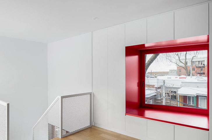 L'installation d'une banquette, encastrée à même le rangement de la chambre, offre un espace de repos à proximité du feuillage du peuplier.
