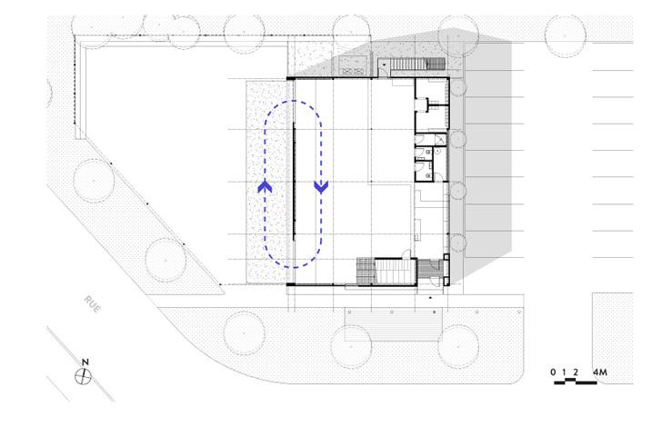 Des ouvertures situées aux extrémités de la façade permettent la création d'un parcours d'entraînement intérieur et extérieur.