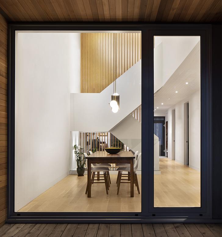 Le luminaire suspendu de plus de 12 pieds de haut est une création de la compagnie montréalaise Lambert & Fils.