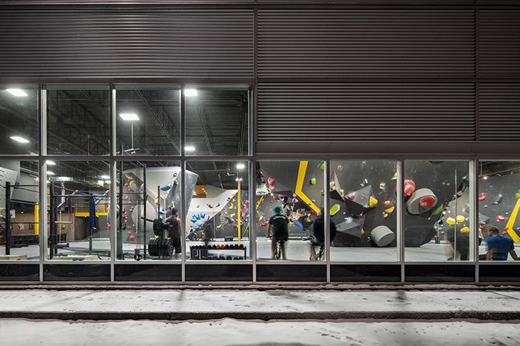 L'aspect industriel, la double hauteur et l'abondante fenestration de l'édifice se prête parfaitement au développement d'un espace d'escalade.