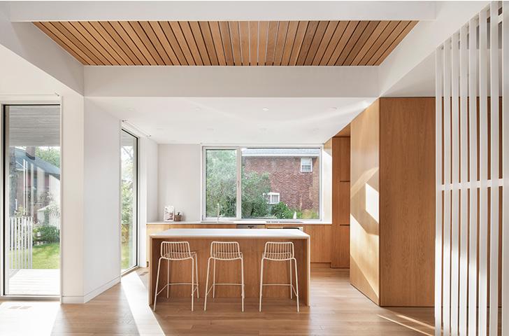 Espace fonctionnel en transition entre la cour et le cœur plus intime de la maison