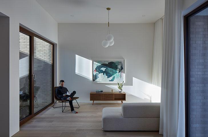 La programmation des pièces, réfléchies sur tous les étages, assurent des vues sur l'extérieur dans la grande majorité des pièces du bâtiment, accentuant la relation des résidents avec l'environnement dans lequel le bâtiment s'inscrit.