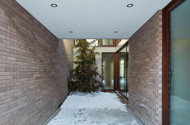 La cour intérieure s'avance de l'intérieur du bâtiment vers la ruelle (et inversement).