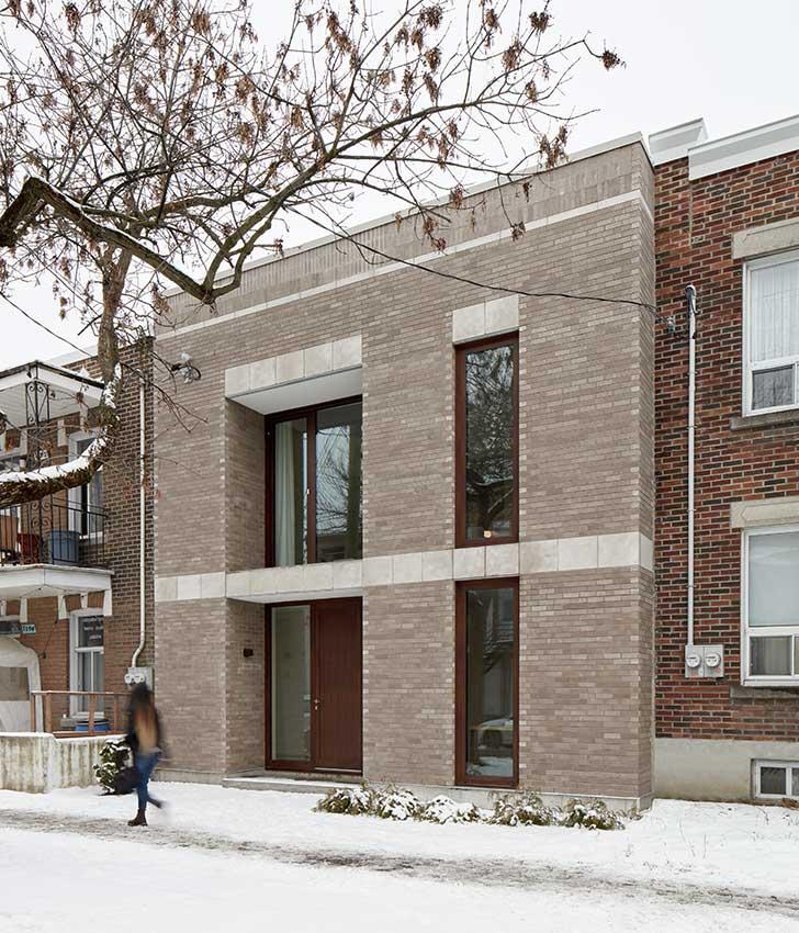 La façade rappelle les proportions et le rythme des façades avoisinantes et s'inspire du gabarit, des hauteurs et des alignements du front bâti.