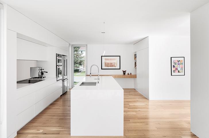 Pour pallier aux dimensions modestes de l'espace cuisine, les architectes ont légèrement repoussé le mur de service vers l'extérieur, ce qui permet de créer un axe de circulation équilibré, de l'avant à l'arrière de la maison.