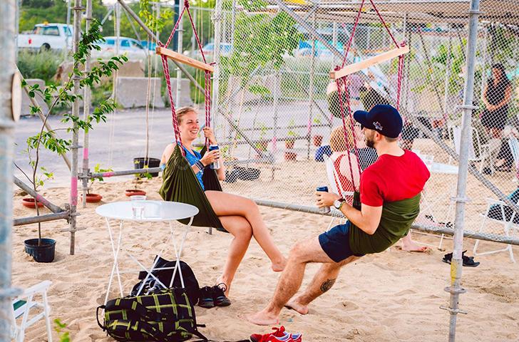 Suspendus à des chaises hamacs, on profite de la brise du bord de l'eau dans un espace citoyen unique!